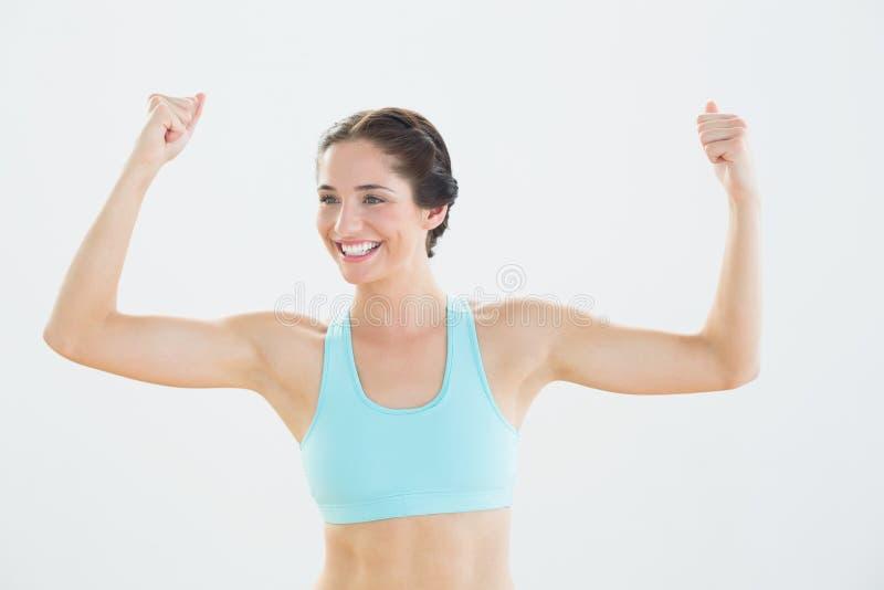Donna sportiva allegra con i pugni chiusi fotografie stock