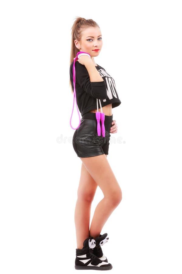 Donna sportiva attraente che posa tenendo un salto della corda su bianco immagini stock libere da diritti