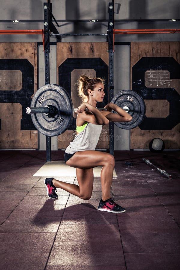 Donna sportiva che fa allenamento tozzo in palestra fotografia stock