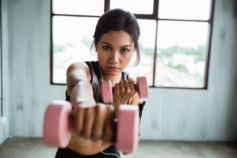 Donna sportiva con la testa di legno che fa esercizio del peso immagine stock libera da diritti