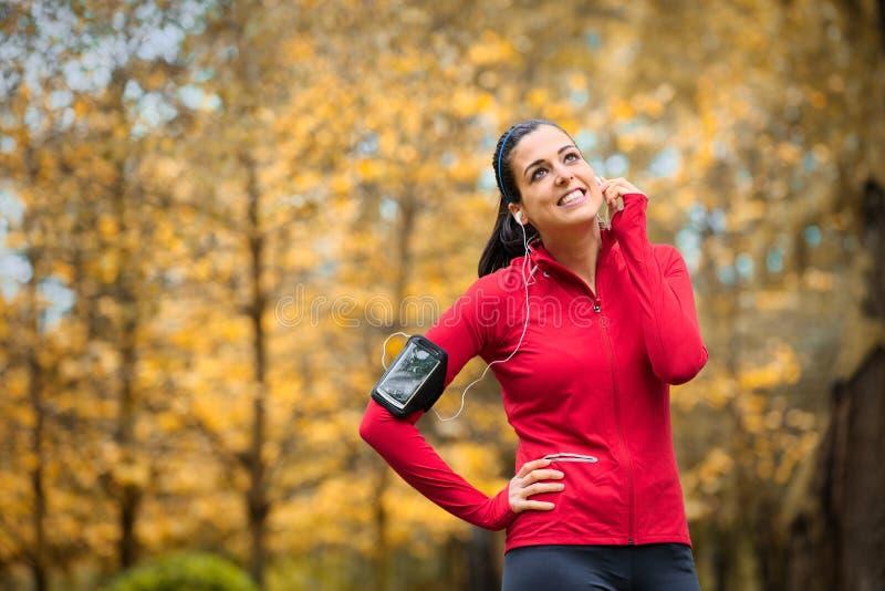 Donna sportiva di forma fisica con il bracciale dello smartphone fotografia stock
