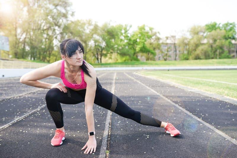 Donna sportiva di forma fisica durante l'allenamento all'aperto di esercizi Copi lo spazio Perdita di peso Stile di vita sano Fem fotografia stock