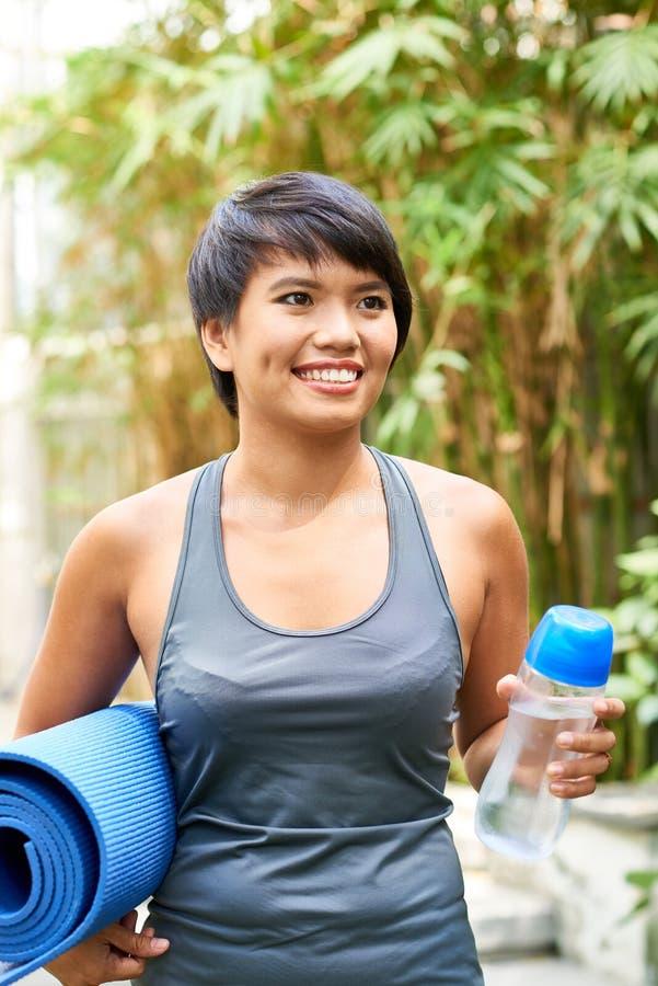 Donna sportiva felice fotografia stock libera da diritti