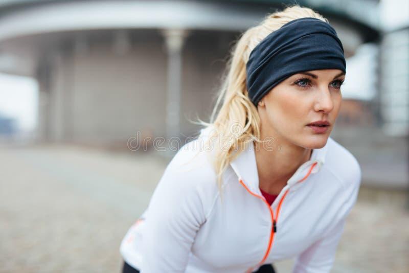 Donna sportiva motivata e messa a fuoco fotografie stock libere da diritti