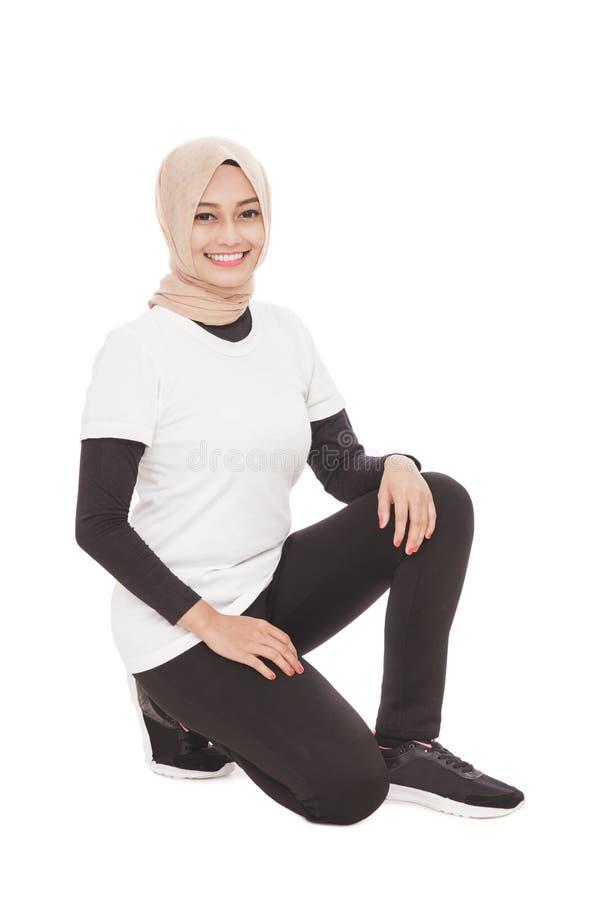 Donna sportiva musulmana che fa edificio occupato immagini stock libere da diritti