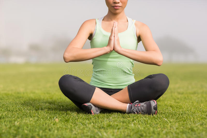 Donna sportiva pacifica che fa yoga immagini stock libere da diritti