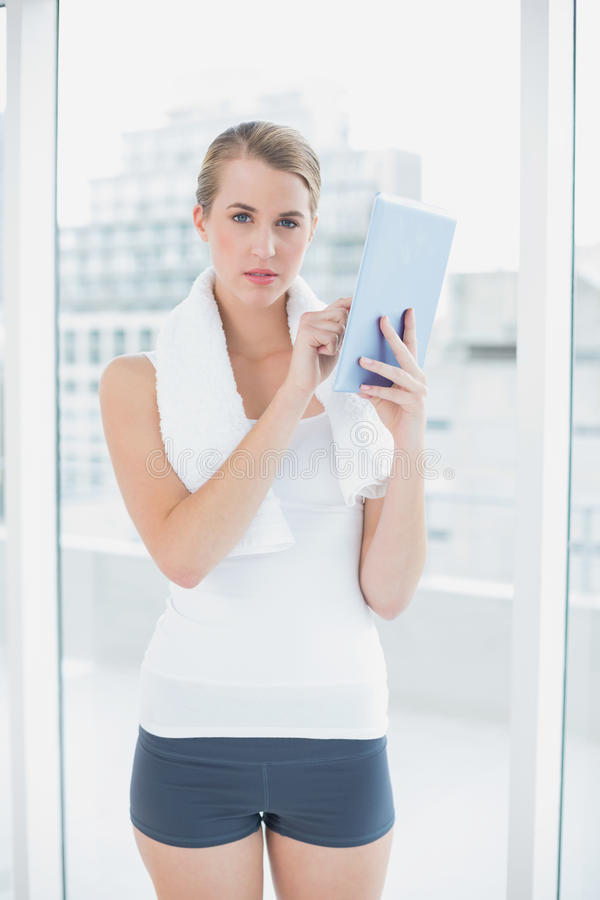 Donna sportiva seria che per mezzo del pc della compressa fotografie stock libere da diritti