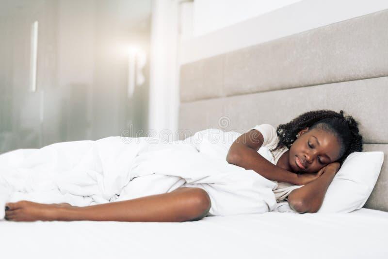 Donna stanca che ha un pelo nel letto immagini stock libere da diritti