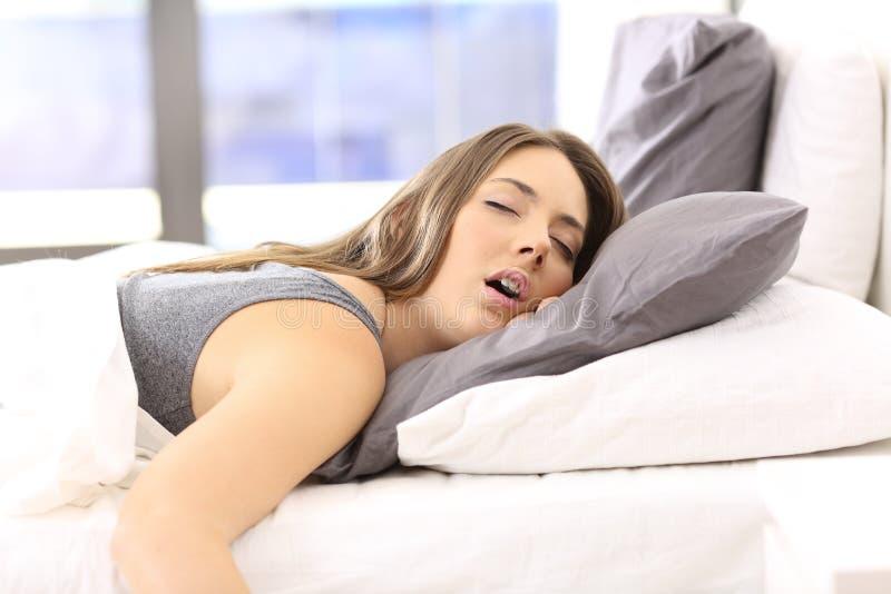 Donna stanca che riposa su un letto a casa fotografia stock libera da diritti