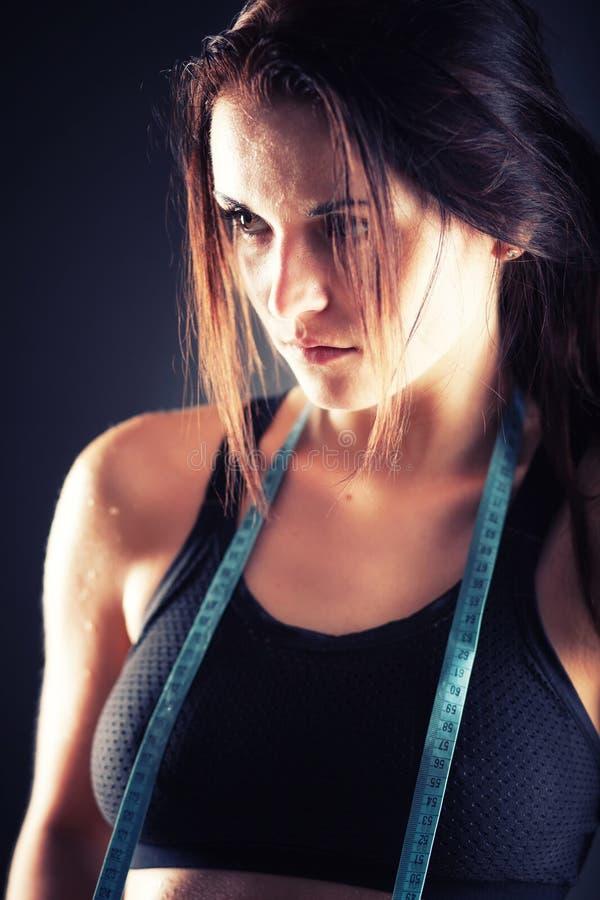 Donna stanca di forma fisica dopo l'esercizio con nastro adesivo di misurazione immagine stock libera da diritti
