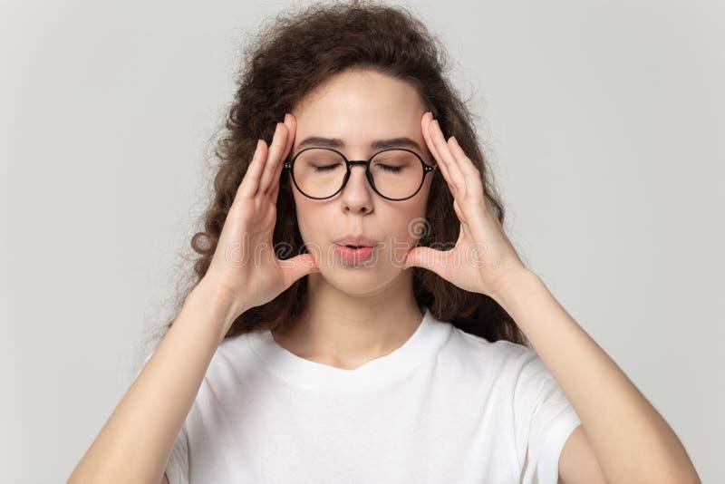 Donna stanca negli occhi che massaggia i templi, cercando di ridurre lo stress immagini stock libere da diritti