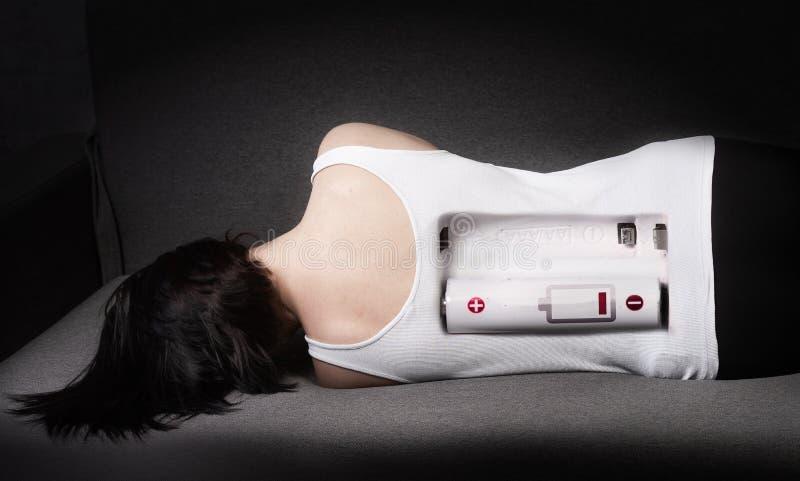 Donna stanca sul letto Concetto di energia bassa immagini stock libere da diritti