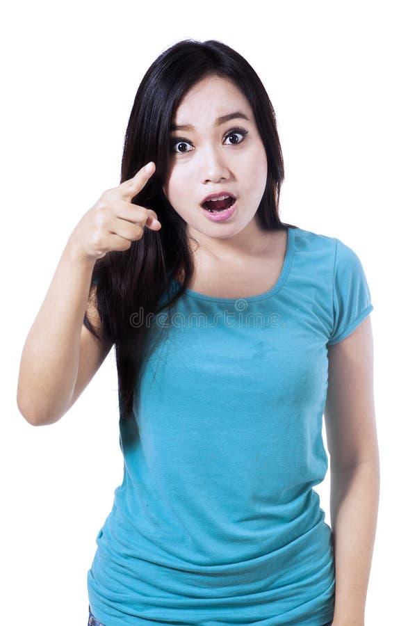 Donna stupita che indica voi fotografia stock libera da diritti
