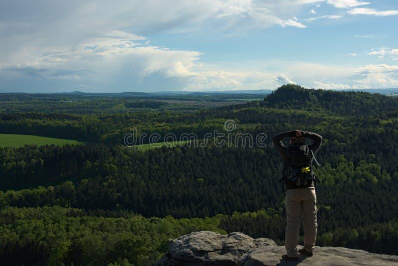 Donna su roccia con l'estesa vista immagine stock