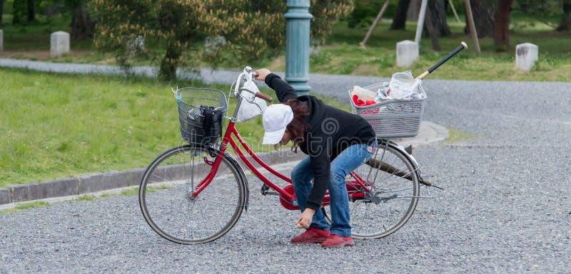 Download Donna Su Un Bycicle In Giardino Di Pietra Immagine Editoriale - Immagine di uccelli, disegno: 56881695