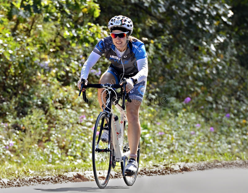 Donna su un giro della bicicletta fotografia stock libera da diritti