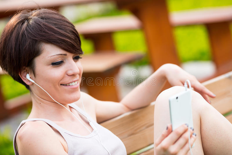 Donna su un parco nella videoconferenza immagini stock