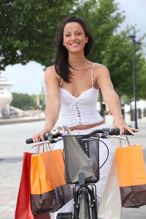 Donna su un pushbike fotografia stock