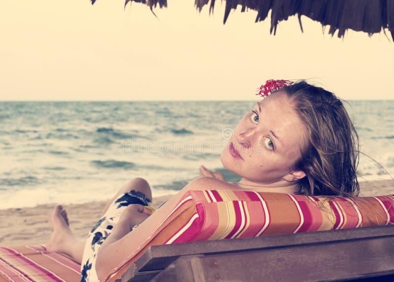 Download Donna Su Una Sedia Dall'oceano Con Un Fiore In Suoi Capelli, Retro Immagine Stock - Immagine di daydream, festa: 55351805