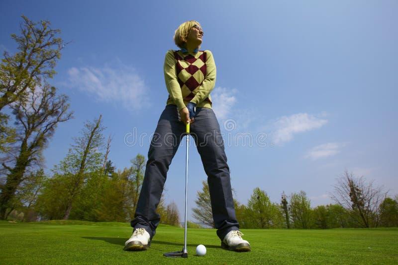 Donna su una tendenza di terreno da golf fotografia stock