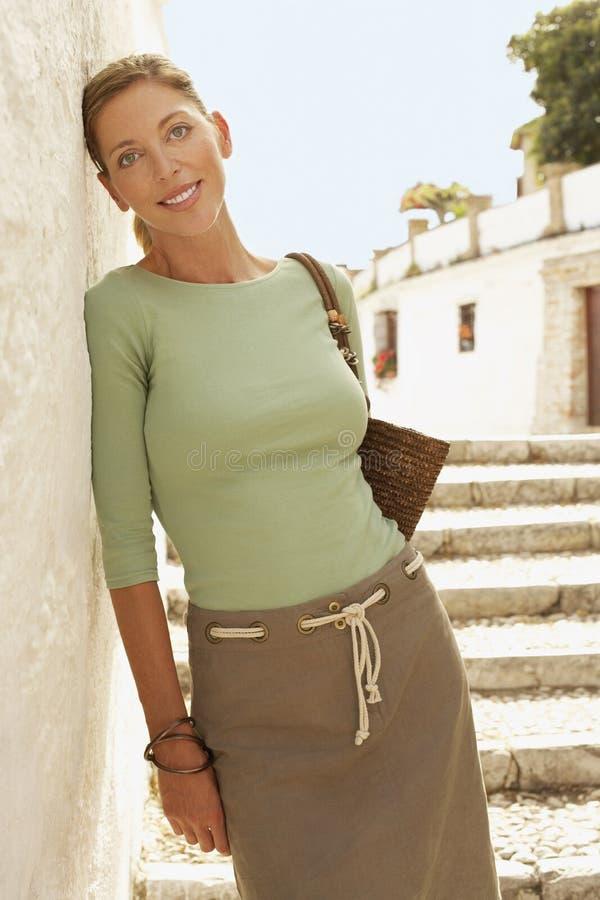 Donna sui punti che si appoggiano parete a Granada fotografia stock