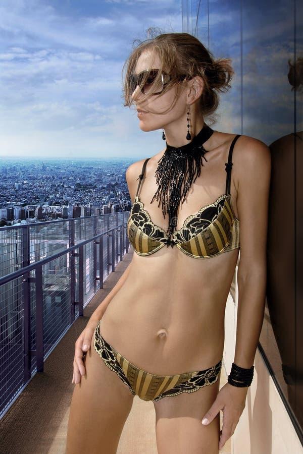 Donna sul balcone immagine stock. Immagine di capelli ...