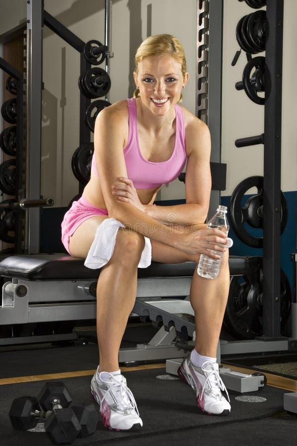 Donna sul banco di peso. fotografia stock