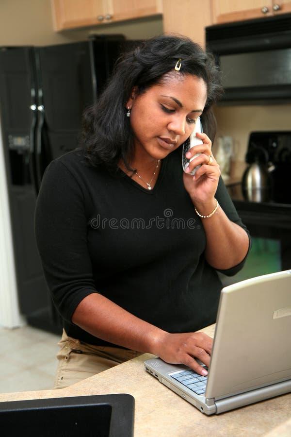 Donna sul calcolatore immagine stock libera da diritti