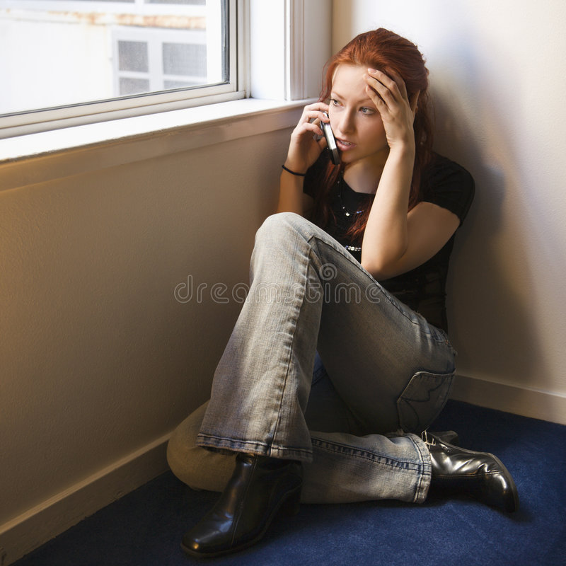 Donna sul cellulare. fotografia stock libera da diritti