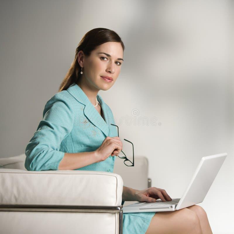 Donna sul computer portatile. immagine stock