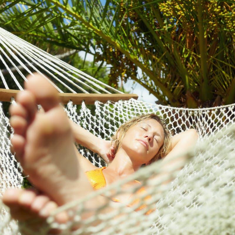 Donna sul hammock fotografia stock libera da diritti