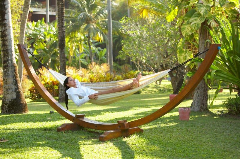 Donna sul hammock immagini stock