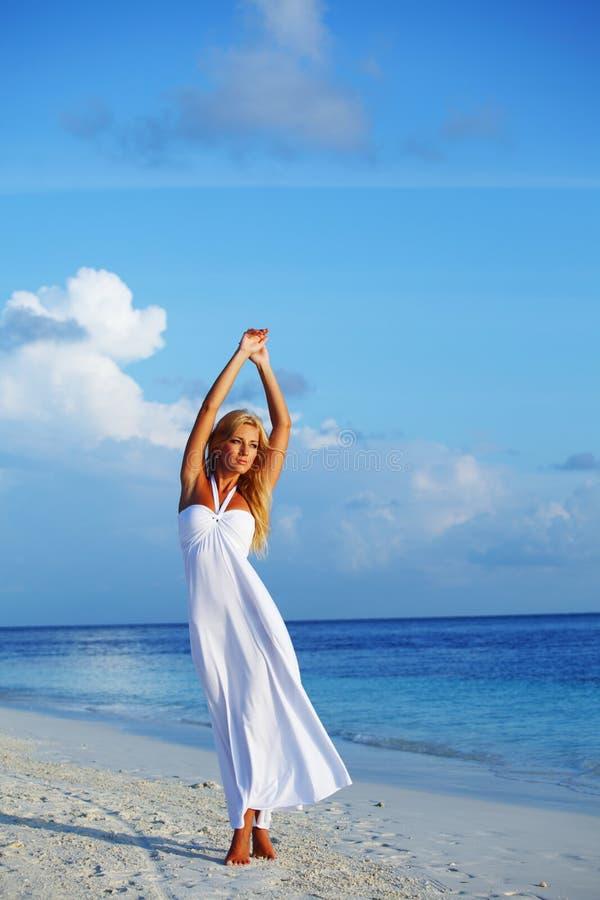 Donna sul litorale dell'oceano immagini stock libere da diritti