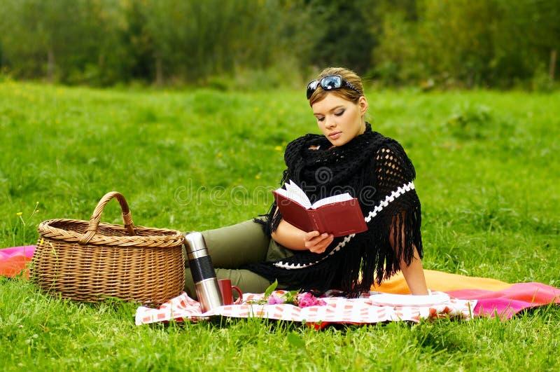 Donna sul picnic immagine stock