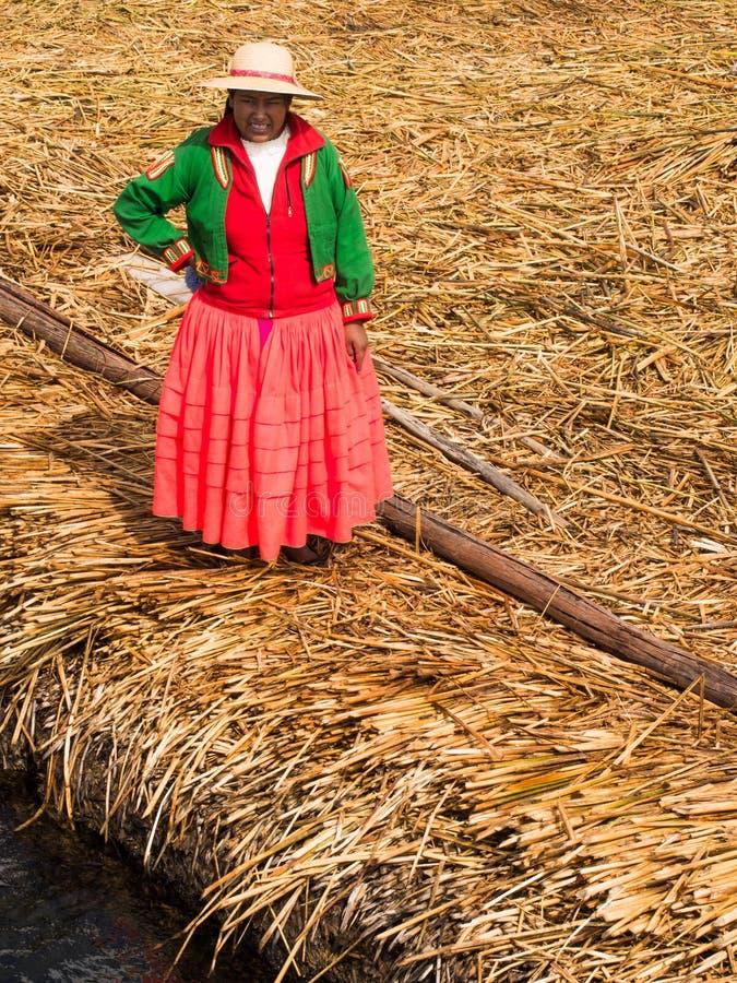 Donna sul pilastro in Reed Islands sul Titicaca, 6/13/13 immagine stock