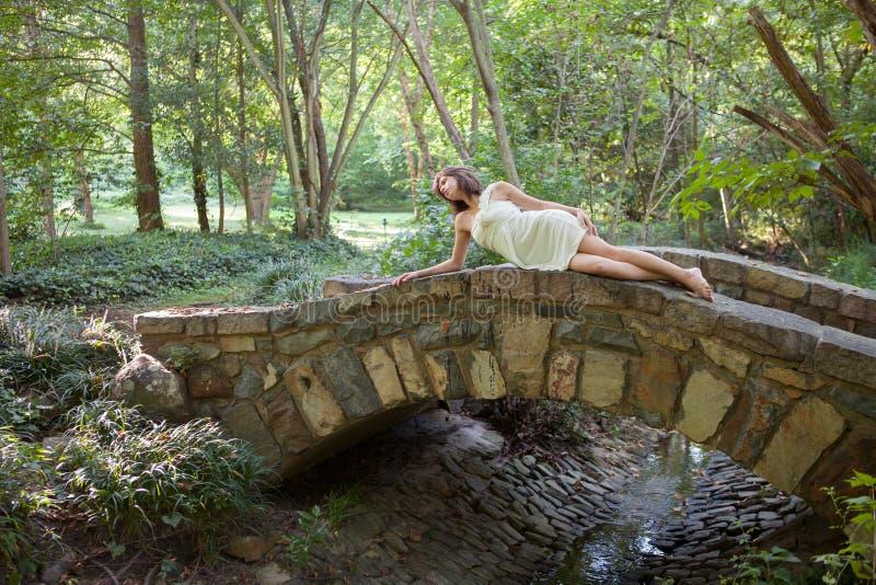 Donna sul ponte in foresta fotografia stock libera da diritti
