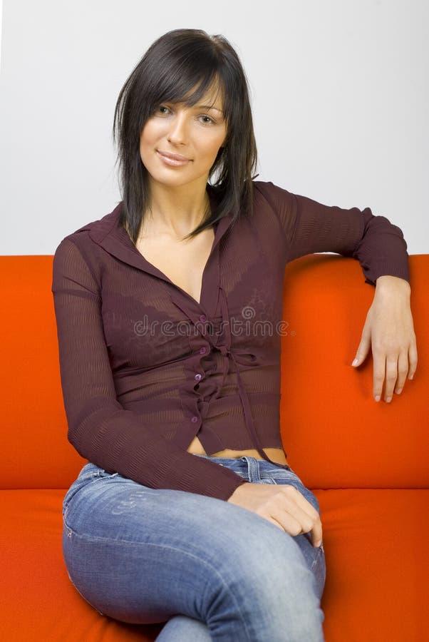 Donna sul sofà fotografia stock