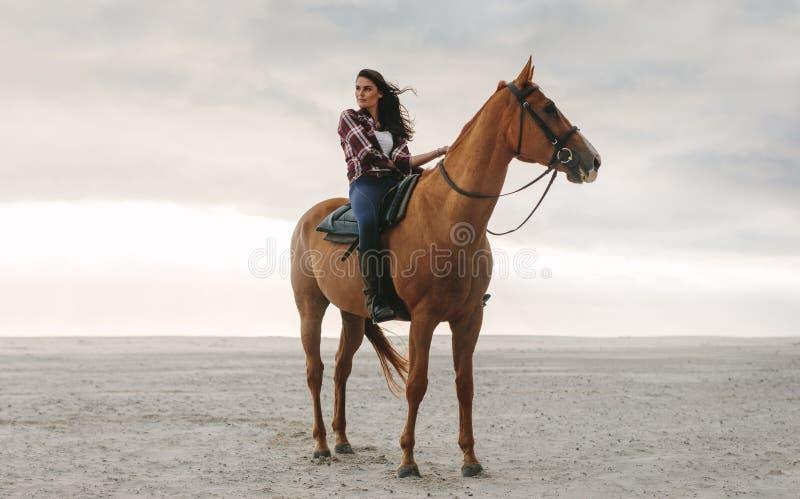 Donna sul suo cavallo alla spiaggia immagine stock libera da diritti
