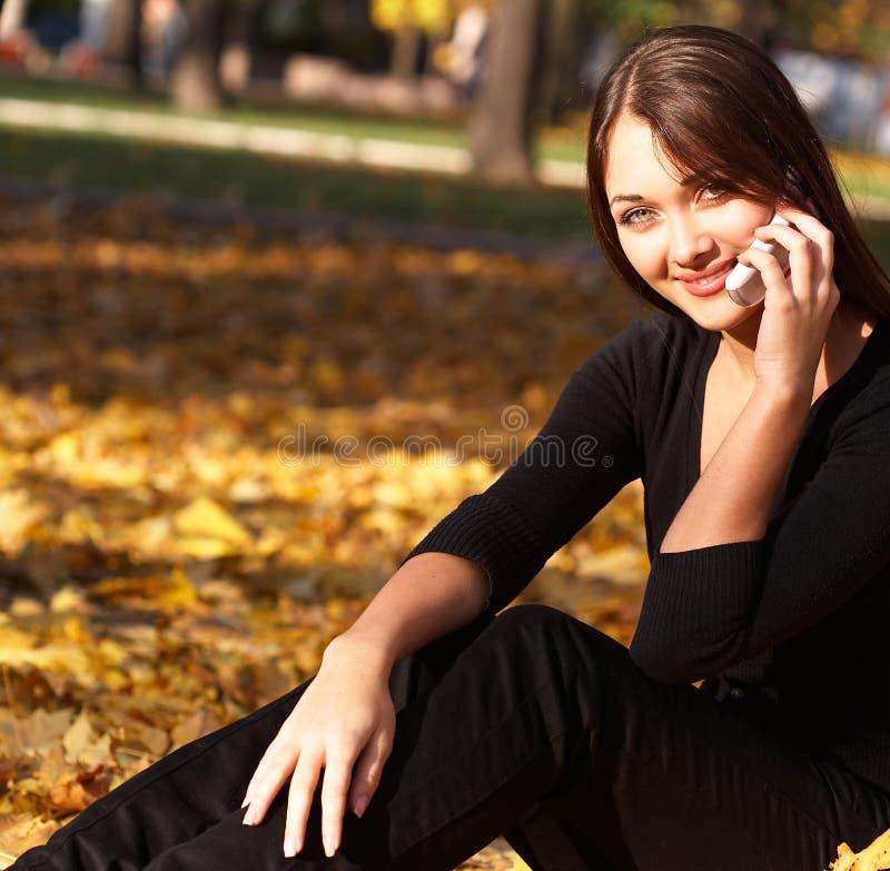 Donna sul telefono immagini stock