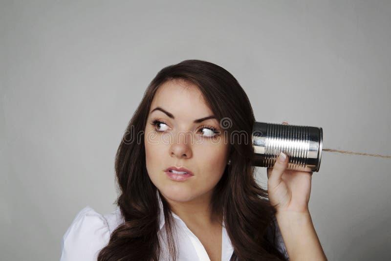 Donna sul telefono della stringa del barattolo di latta immagine stock