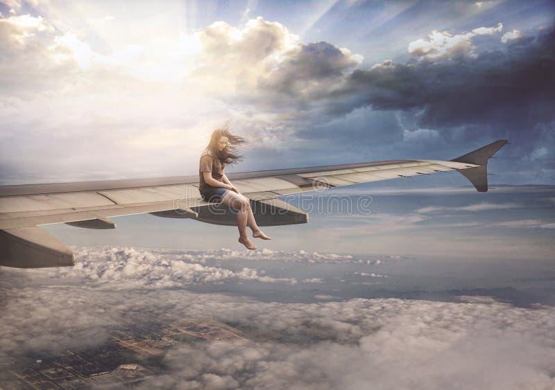 Donna sull'ala dell'aeroplano fotografia stock
