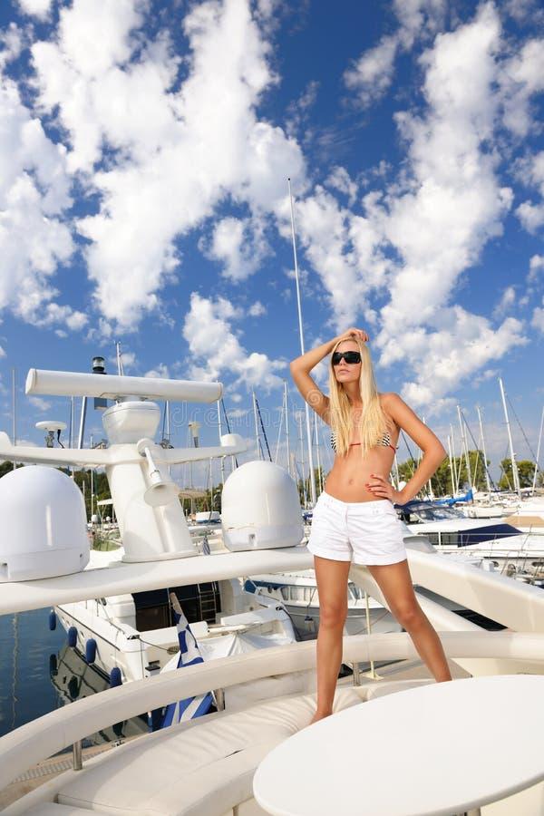 Donna sull'yacht fotografia stock