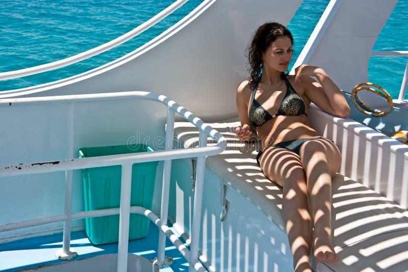 Donna sull'yacht immagini stock