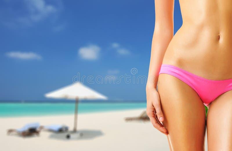 Download Donna Sulla Bella Spiaggia Alle Maldive Immagine Stock - Immagine di femmina, pancia: 55350393