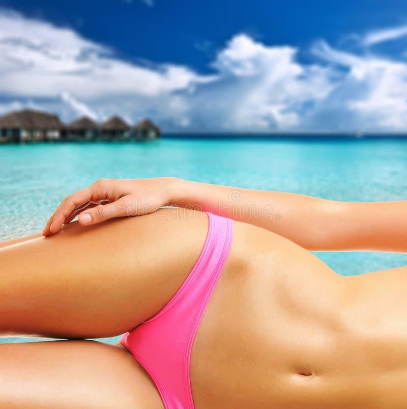 Download Donna Sulla Bella Spiaggia Alle Maldive Fotografia Stock - Immagine di recreational, rilassamento: 55350616