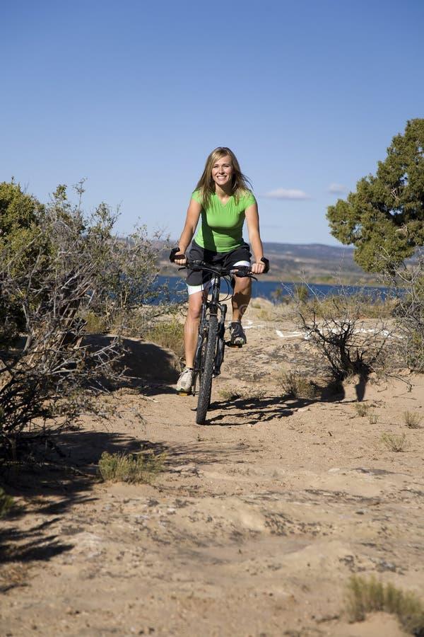 Donna sulla bici sulla traccia immagine stock libera da diritti