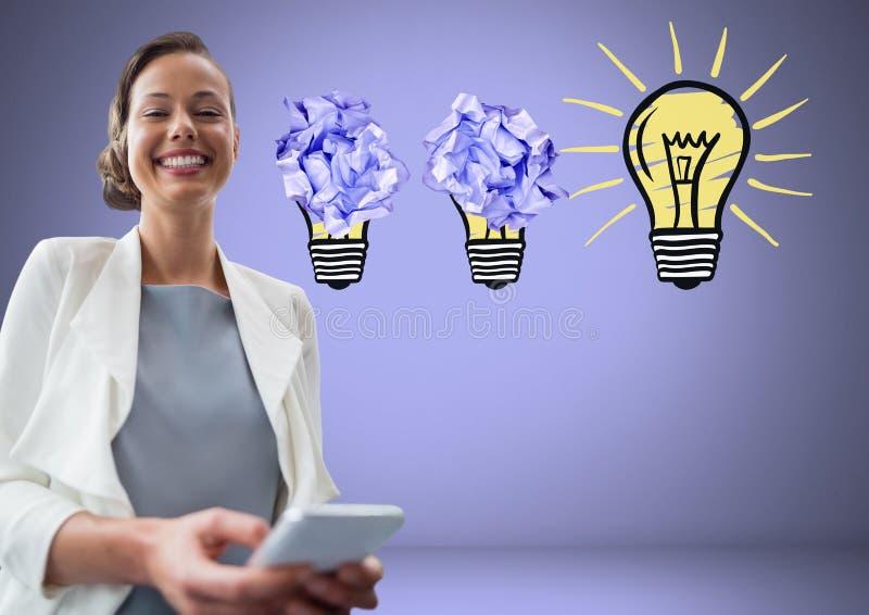 Donna sulla compressa che sta accanto alle lampadine con le palle di carta sgualcite immagine stock