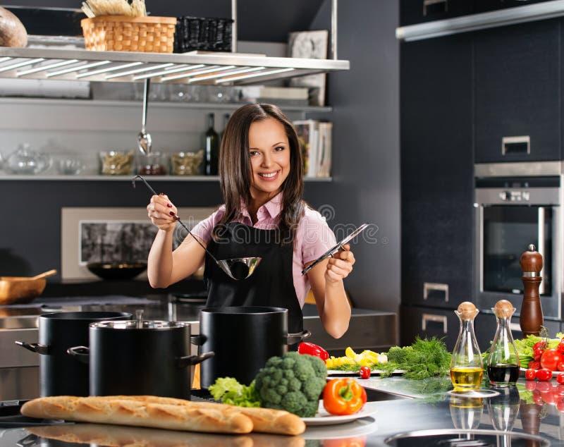 Donna sulla cucina moderna fotografia stock