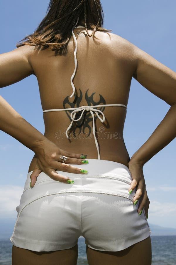 Donna sulla spiaggia. fotografia stock libera da diritti