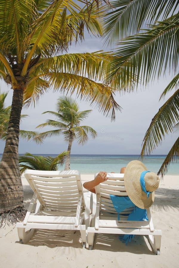 Donna sulla spiaggia immagine stock